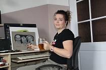 Lucie Hanzlová ve svém dočasném atelieru.