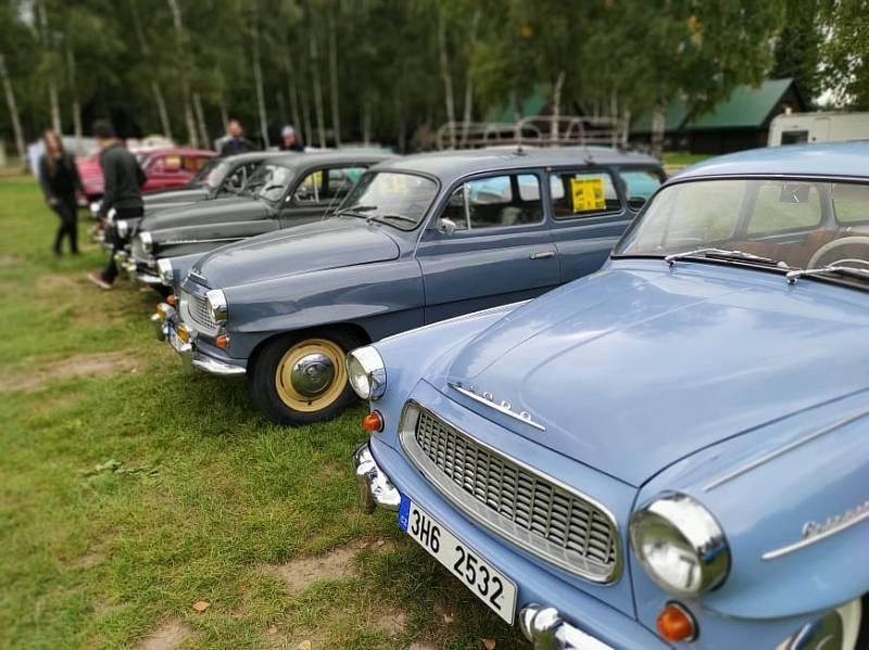 Přes 100 škodovek bylo o víkendu k vidění u Stříbrného rybníka v Hradci Králové.