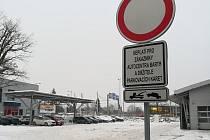 Parkování veřejnosti zakazuje tato značka.