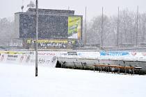 Sněhem zavátý královéhradecký fotbalový stadion.