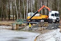 Oprava rybníčku Češík v hradeckých městských lesích.