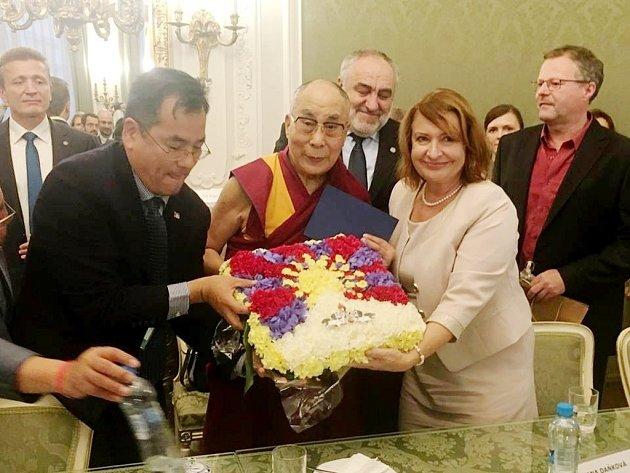 Východočeši s dalajlámou: Místopředsedkyně Senátu Miluše Horská společně se svým kolegou z horní komory parlamentu Petrem Šilarem a starostou Velin Petrem Krejcarem.