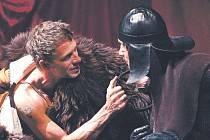 Inscenace Král je panna se vrací do Klicperova divadla. Místo na hlavní scéně se však tentokrát bude hrát v komorním Studiu Beseda. Obnovená premiéra se uskuteční v pátek 29. dubna.