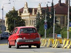 Dopravní omezení na Pražské třídě v Hradci Králové.