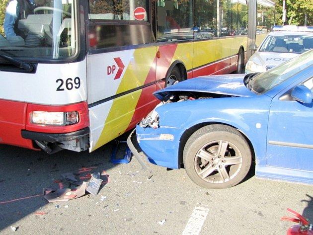 Střet osobního automobilu s autobusem MHD v královéhradecké Sokolské ulici.