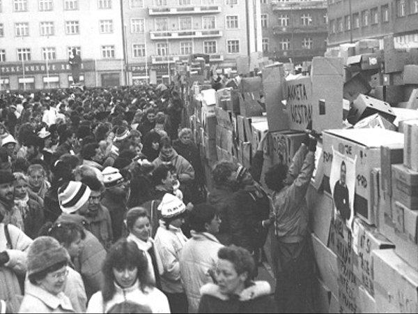 Zeď zpapírových krabic na tehdejším Gottwaldově náměstí vHradci Králové.