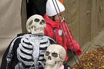 Desítky čarodějnic a dalších strašidel si v sobotu 31. října daly dostaveníčko na zámku Karlova Koruna v Chlumci nad Cidlinou.