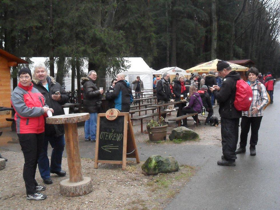 Silvestrovské oslavy končícího roku 2017 mohli zahájit královéhradečtí obyvatelé i přespolní návštěvníci v neděli 31. prosince tradičně na Hradečnici ve Vlčích jámách u bufetu U Vlka v městských lesích.