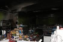 Z vyhořelého obchodu.