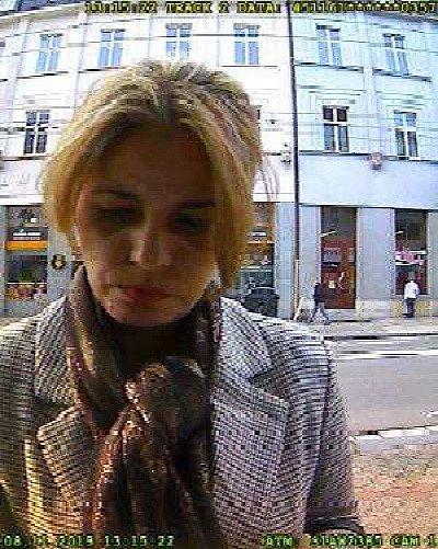 Policie pátrá po totožnosti ženy, která použila odcizenou platební kartu.