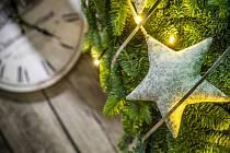 Koutek plný vánočních doplňků a dekorací v Zahradnictví Nechanice.