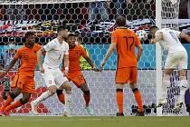 Tomáš Holeš (úplně vpravo) takhle otevíral skóre osmifinálového zápasu proti Nizozemsku.