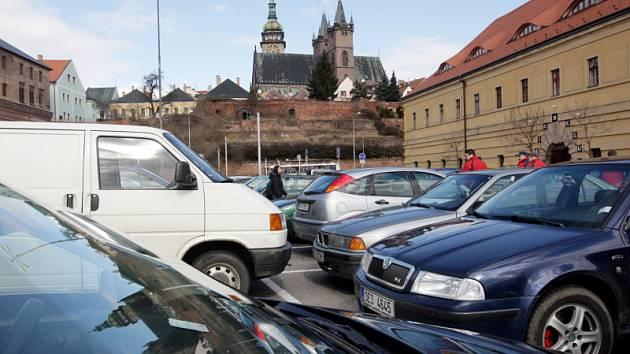 Parkování u Nového pivovaru v Hradci Králové.