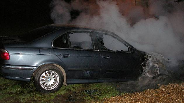 Osobní vůz značky BMW ve čtvrtek 23. dubna na Hradecku zachvátily plameny.