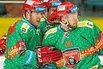 Hradečtí hokejisté slaví v originálních vánočních dresech. Na prvním gólu proti Chomutovu se podíleli Filip Pavlík, Michal Dragoun a Mislav Rosandič.