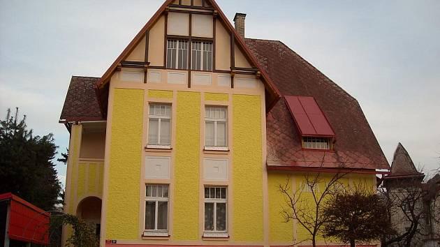 """Vila Antonína Holečka ve Vrchlického ulici na Pražském Předměstí, která již od svého postavení v roce 1911 nese poetické označení """"Lolla""""."""
