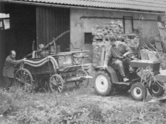 Jednotné zemědělské družstvo bylo založeno vroce 1957.Vroce 1959hospodařilo na výměře 280ha. Vroce 1961došlo ke sloučení sMěníkem a Bydžovskou Lhotkou.