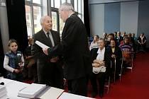 Setkání hradeckých jubilantů s primátorem města Zdeňkem Finkem v knihovně.