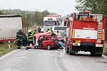 Při tragické dopravní nehodě mezi obcemi Káranice a Obědovice zemřeli čtyři lidé, jeden člověk se zranil.