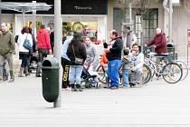 Romové v okolí Atria v centru Hradce Králové.