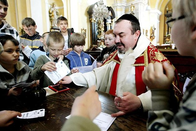 Víkendové setkání mladých pomocníků u oltáře z celé královéhradecké diecéze se uskutečninlo 6. – 8. května 2011 v Červeném Kostelci.