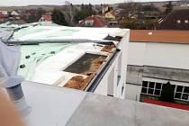 Na budově černilovské základní školy se uvolnila část střechy.