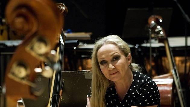 Zpěvačka Bára Basiková v královéhradecké Filharmonii.