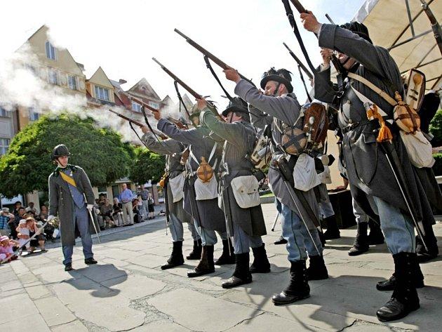Vojáci v historických uniformách na hradeckém Masarykově náměstí.