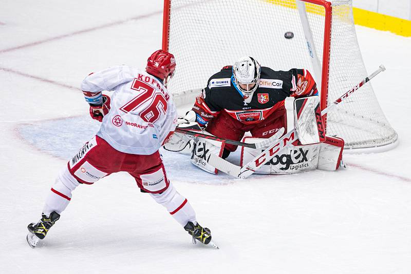 Hradečtí hokejisté (v tmavém) prohráli s Třincem 2:3, přestože v zápase už vedli 2:0.