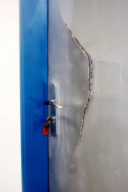 Rozbité dveře.