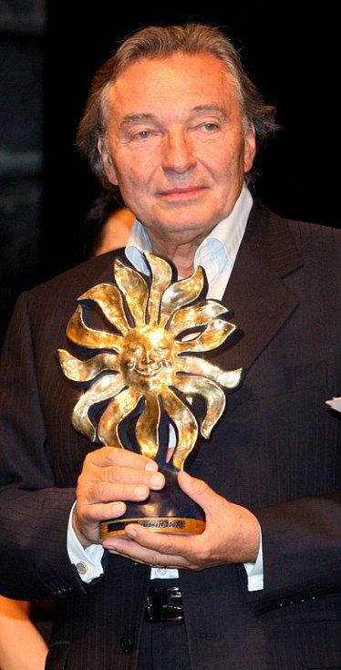 Klicperovo divadlo v Hradci Králové bylo svědkem vyhlášení výsledků 12. ročníku ankety Šarmantní osobnost roku. Absolutním vítězem se stal zpěvák Karel Gott.