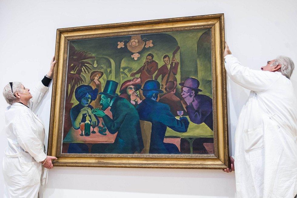 Instalace obrazů v královéhradecké Galerii moderního umění.