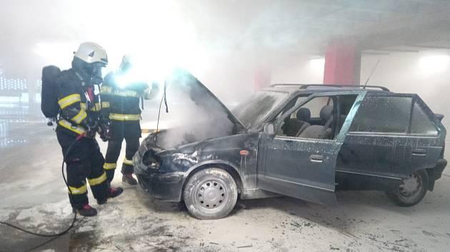 V garážích nákupního centra v Hradci Králové hořel osobní automobil.