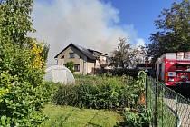 K požáru statku v Kuklenách vyjíždělo několik jednotek hasičů.
