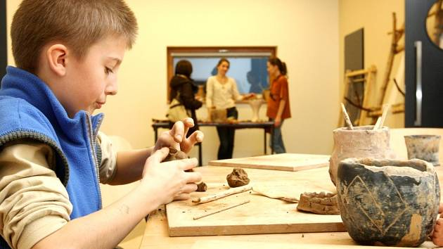 VÝLET DO PRAVĚKU nabídl o víkendu Archeopark ve Všestarech. O originální zábavu měly postaráno děti i dospělí. Tvořily se zde vánoční hliněné ozdoby a kdo chtěl, mohl si zahrát na pravěký hudební nástroj z doby lovců mamutů.