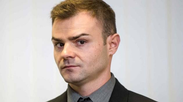 Petr Novotný u Krajského soudu v Hradci Králové.