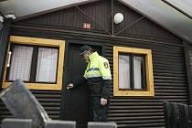 Policejní kontrola chat v osadě Dubina v hradeckých Svinarech.