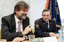 Ministr vnitra Jan Kubice na návštěvě hasičské základny v Hradci Králové. Vpravo je ředitel HZS Královéhradeckého kraje plk. František Mencl.