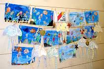 """Výstava výtvarných prací žáků třídy 3. A královéhradecké Základní školy Pouchov na téma """"Podvodní svět"""" v prostorách bazénu a sauny ve Všestarech."""
