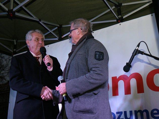 MILOŠ ZEMAN si pro svoje poslední letošní setkání s občany vybral Salon republiky. Přítomným zazpíval Laďa Kerndl a jeho dcera Tereza.