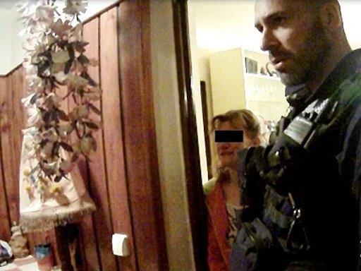 Hlídka strážníků při výjezdu k rozhádaným manželům.