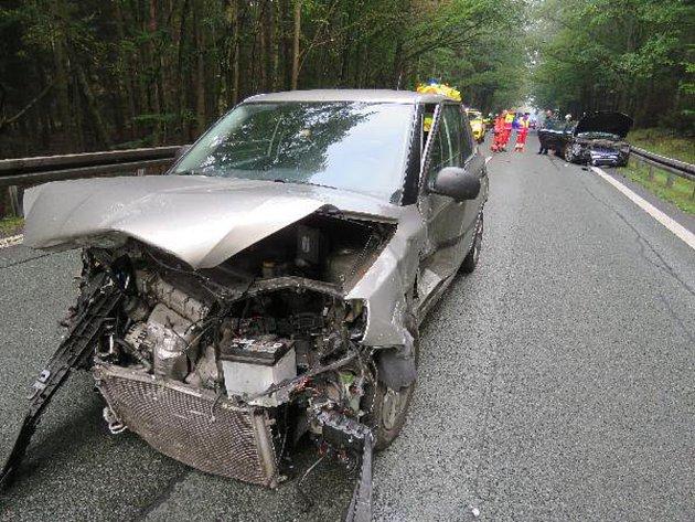 Fotografie z pondělní nehody mezi Hradcem Králové a obcí Býšť.