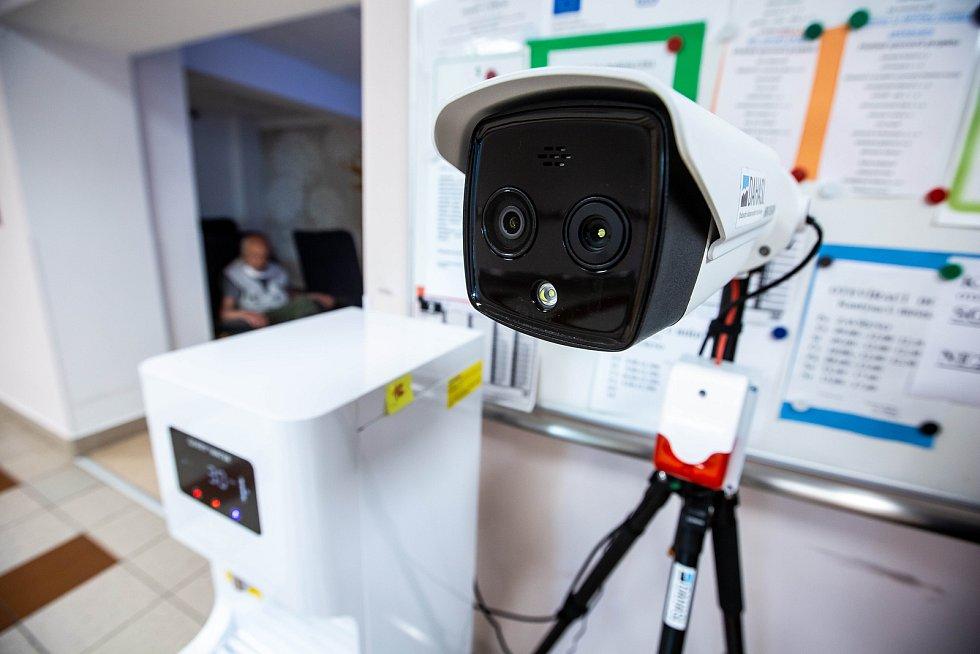 V hradeckém domově pro seniory pravidelně testují zaměstnance na Covid-19 rychlotesty. Také pořídili termokameru ke vstupu.