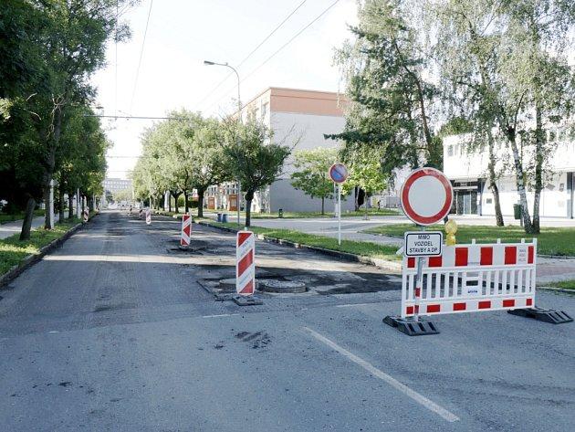 Oprava povrchu vozovky vkrálovéhradecké Myslivečkově ulici.