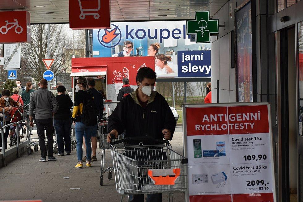 Plné parkoviště a nával ve dveřích byl i v supermarketech.