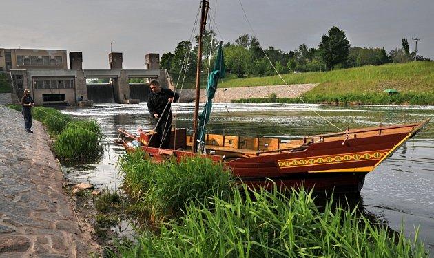 Pirátskou loď z hradecké výletní flotily stěhovali ze zimovoště