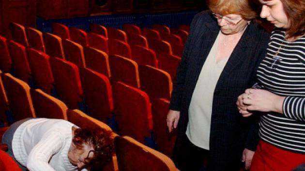 Sedačky v divadle Drak