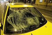 Osobní automobil po střetu s chodkyní.