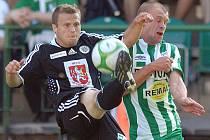 Fotbal, II. liga: Bohemians - Hradec. Vlevo hradecký Jiří Poděbradský, vpravo Lukáš Hartig.
