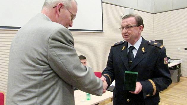 Předání medaile primátorovi města Hradec Králové Zdeňku Finkovi.